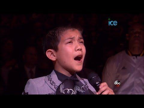 Video: el niño hispano que cantó el himno de EU, dice estar orgulloso de ser mariachi