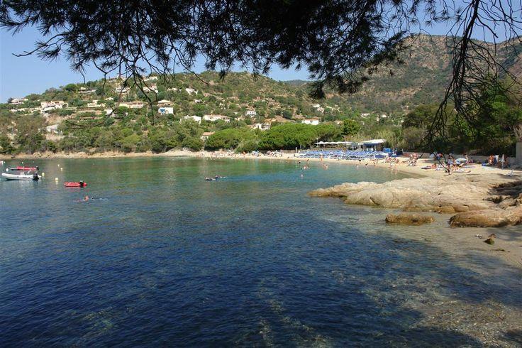 Plage de la Fossette au Lavandou en été #lavandou #plage #fossette #var #provence #vacances