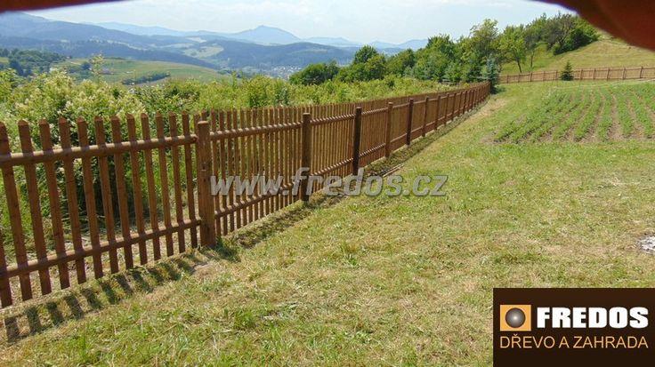 Venkovské tradiční ploty z půlkulatiny s tlakovou impregnací.