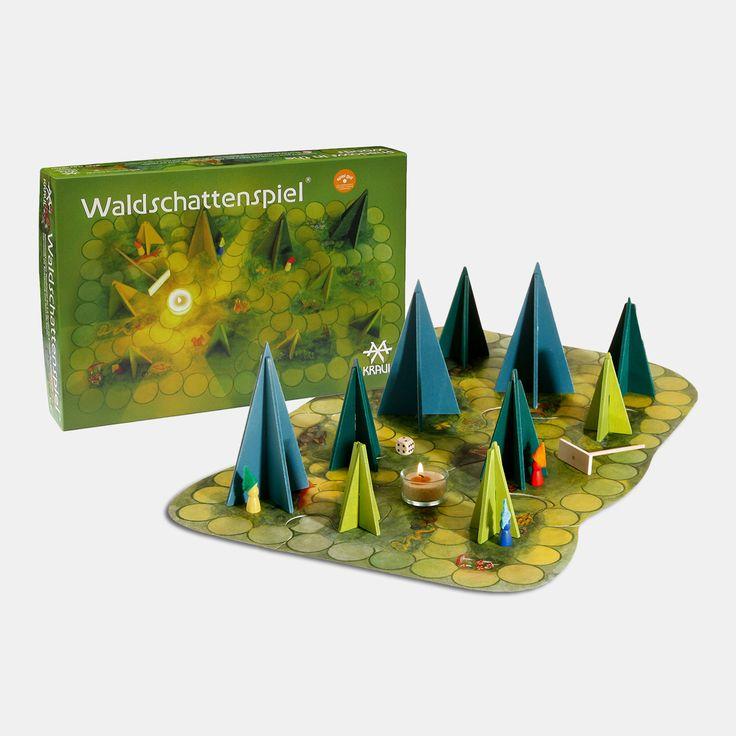 Kooperatives Brettspiel für 2 bis 8 Mitspieler in zwei verschiedenen Varianten, ab 5 Jahren und ab 7 Jahren, Material: Holz, Pappe Das Märchenhafte Waldschattenspiel ist nicht nur ein Klassiker unter den Familien-Brettspielen. Es ist vielmehr Ausgangspunkt, um in eine magische, geheimnisvolle und faszinierende Stimmungswelt hineinzutauchen, die von der kindlichen Fantasie noch intensiver wahrgenommen wird. Denn das Waldschattenspiel lässt sich nur im Dunkeln spielen, die einzige…