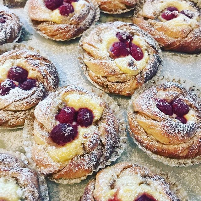 Vanilla and raspberry buns, yummy! 🇸🇪Recept på magiska hallon- och vaniljbullar i min blogg @foodfolder. Länk i profilen!💖#bakemybreathaway #foodfolder #bullar #pulla #ihanitsetehty #makulehti #kanelijasokeri #matblogg #bakblogg #folketsval #matbloggspriset #buns #foodvsco #foodie #thebakefeed #feedfeed #f52grams #gloobyfood #helasverigebakar #pastry #baker #gateaux #mitäikinäleivotkin #huffposttaste #godtno #foodie_featuresbakemybreathaway
