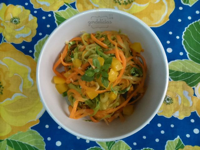 Já ouviu falar em espaguete de legumes? Se eu te contar que com abobrinha, cenoura e mais alguns temperinhos você prepara essa belezura? Chega maaais! http://gordelicias.biz