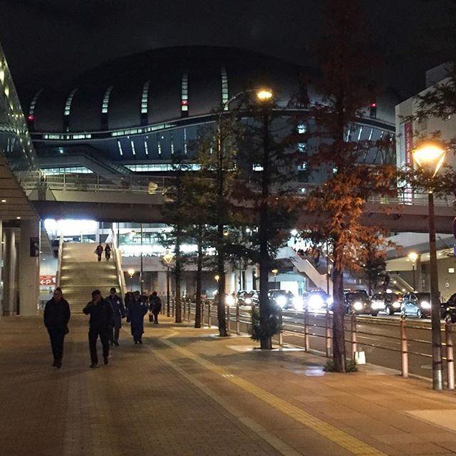 Instagram【ochonseyo】さんの写真をピンしています。 《大阪の街並み。というより京セラドーム前の道路かな? ここにBIGBANGがまだ居ると思うと離れるのが😿だった 離れるのが悔しいよね。だから納めておいた。 良いことがあった夜って必ず輝いて夜が見える この日も素敵な夜に感じた🌃🖤 #BIGBANG #빅뱅 #ビッベン #京セラドーム #kyocera #japan #osaka #街並み #夜景 #道》