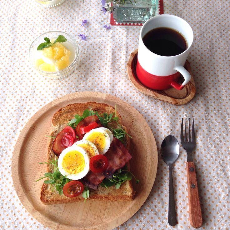 朝ごはん。ライ麦パンのオープンサンドとなんとか柑&ヨーグルトに蜂蜜on!