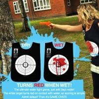 Tijdens het warme weer kun je lekker afkoelen tijdens een watergevecht. Doe het vest aan en het spel kan beginnen.   http://www.eenkadovoorkinderen.nl/7963/suck-uk-water-wars