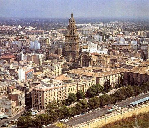 Murcia es una ciudad española, capital del municipio y de la comunidad autónoma de la Región de Murcia. Es el centro de la comarca natural de la Huerta de Murcia y de su área metropolitana.