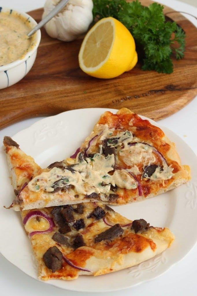 Endelig er det helg! Har du prøvd hjemmelaget kebabpizza? Det er kjempegodt!! Server pizzaen nystekt med hjemmelaget kebabdressing. Herlig helgekos! Kebab pizza:2 stk 25 g gjær 2 1/2 dl kaldt vann 3 ss olje 1 1/2 ts salt hvetemel til passe deig Fyll: tomatsaus (oppskrift under) kebabkjøtt rødløk, tynne skiver hvitost, revet oregano Bland gjær, …