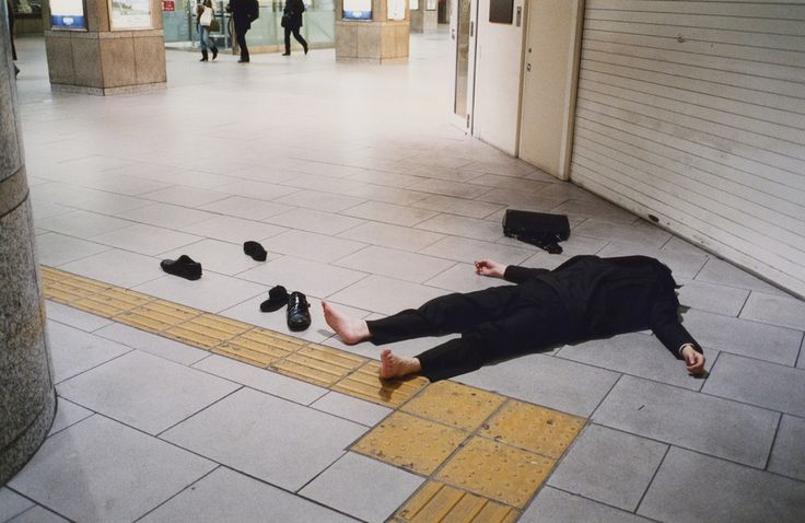 Nel frattempo in Giappone lavorano troppo #shot #urbanism #photography #art #story #japan  - In Giappone alcuni uomini e donne d'affari hanno la reputazione di lavorare duro, Kenji Kawamoto ha documentato i luoghi dove queste persone sono andate oltre. Il suo lavoro è un registro delle persone che hanno raggiunto il loro limite ed hanno esaurito la loro forza, dopo il tran-tran quotidiano. Ognuno ha diversi oneri, ma tutt