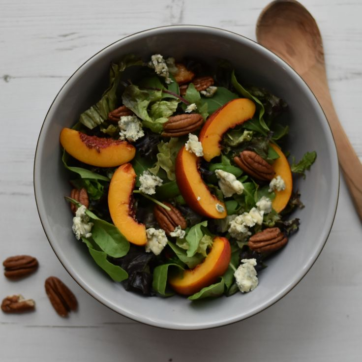 Autumn salad with nectarines, blue cheese and pecans. Healthy vegetarian dinner recipe