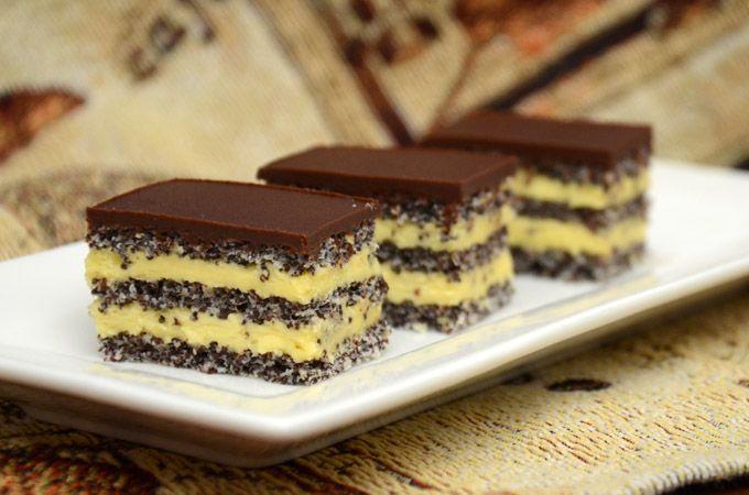 Prăjitură cu blat de mac, cremă de vanilie si glazură de ciocolată. O combinatie de arome, absolut delicioase si gustoase
