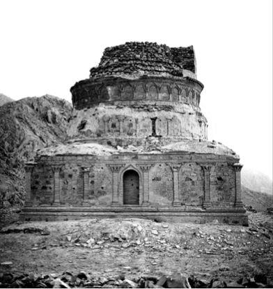 Estupa de Guldara   TECTÓNICAblog  La estupa de Guldara se encuentra en la provincia de Kabul Afganistán. Se cree que fue construida a finales del siglo II bajo el reinado de Vima Kadphise y posteriormente por Kanishka I. Al igual que muchas de las estupas de menor tamaño la base de esta construcción es un zócalo de gran tamaño en este caso decorada con columnas corintias. En este zócalo se disponían una serie de nichos en los que se encontraban estatuas todas ellas en piedra. Originalmente…