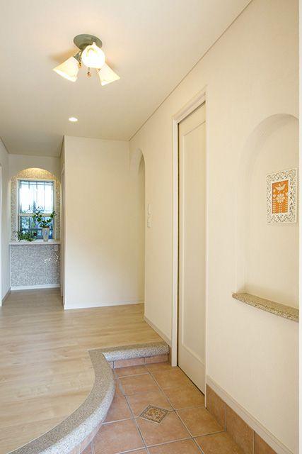 アール型の框やアーチが優しく家族を迎える玄関。大理石や御影石から、本物の持つ高級感も溢れます。|デザイン|ナチュラル|