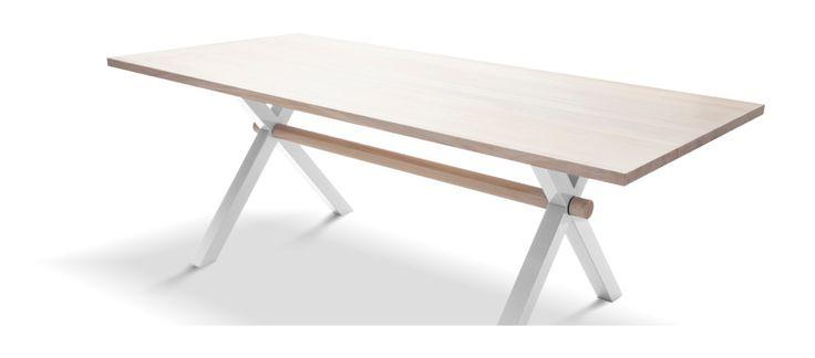 Stilrent, snyggt och väldigt stadigt bord från Klong. Bordsskivan är i vaxad mattlackad ask och stativ i lackerat stål. Finns i 2 storlekar, 200x90 cm eller 250x90 cm. Stativet finns i svart, vitt, turkost eller grönt. Önskas någon av färgerna som inte ligger uppe vänligen kontakta oss så hjälper vi dig.
