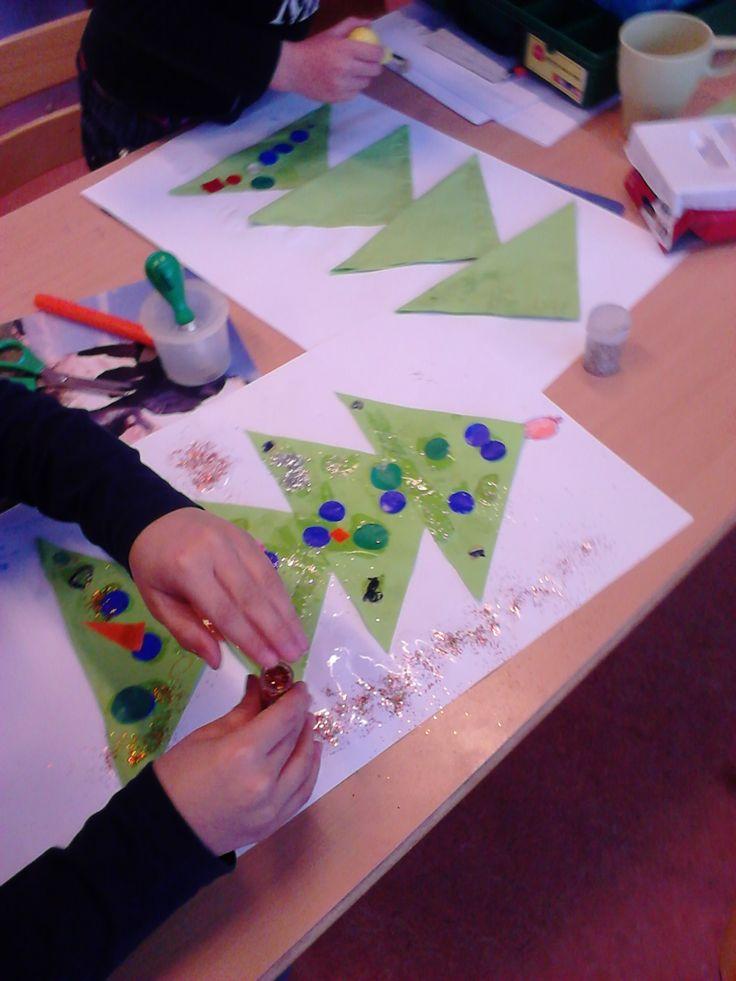 Thema kerst groep 1/2; kerstboom vouwen en plakken