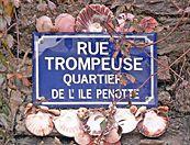Plaque signalétique de l'Île Penotte : rue trompeuse Sables d'olonne- France by Dan Arnaud Aubin