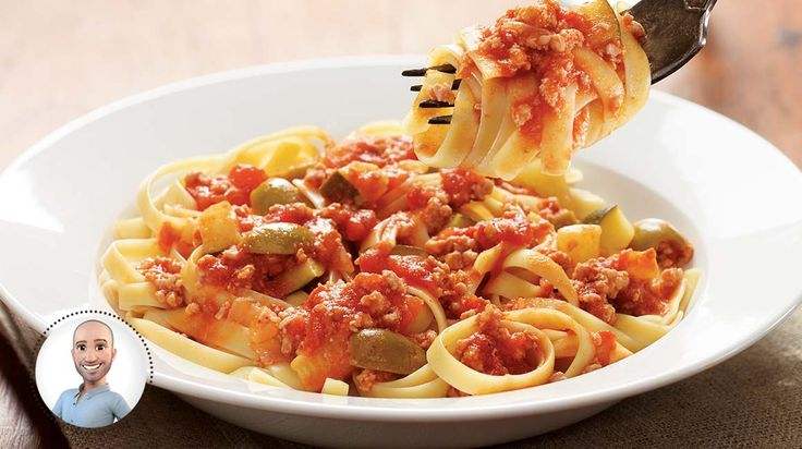 Fettuccinis avec sauce tomate à la viande et aux courgettes