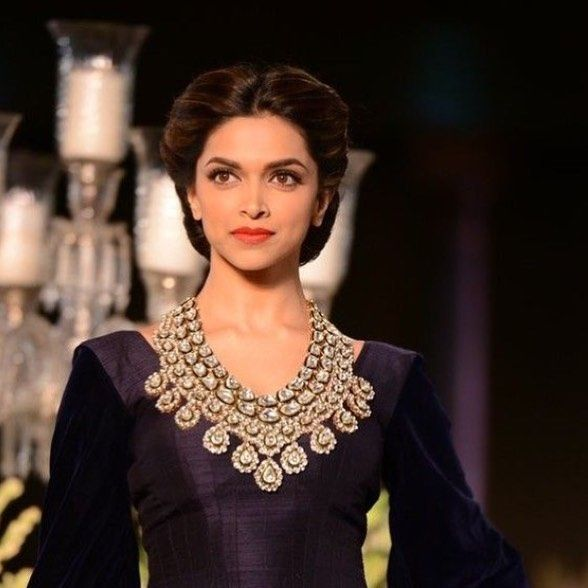 @deepikapadukone looks stunning in a bold lip and statement necklace walking the ramp for Manish Malhotra at Delhi Couture Week. #deepikapadukone#manishmalhotra#modestfashion#hautestyle