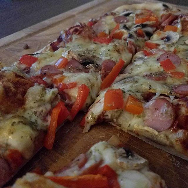 Nesten ingenting som slår #hjemmelaget pizza, spesielt med fermentert hjemmelaget chiliketchup! Også er det fint å bruke opp litt pølserester. 😁 #matfrabunnen *nomnom*