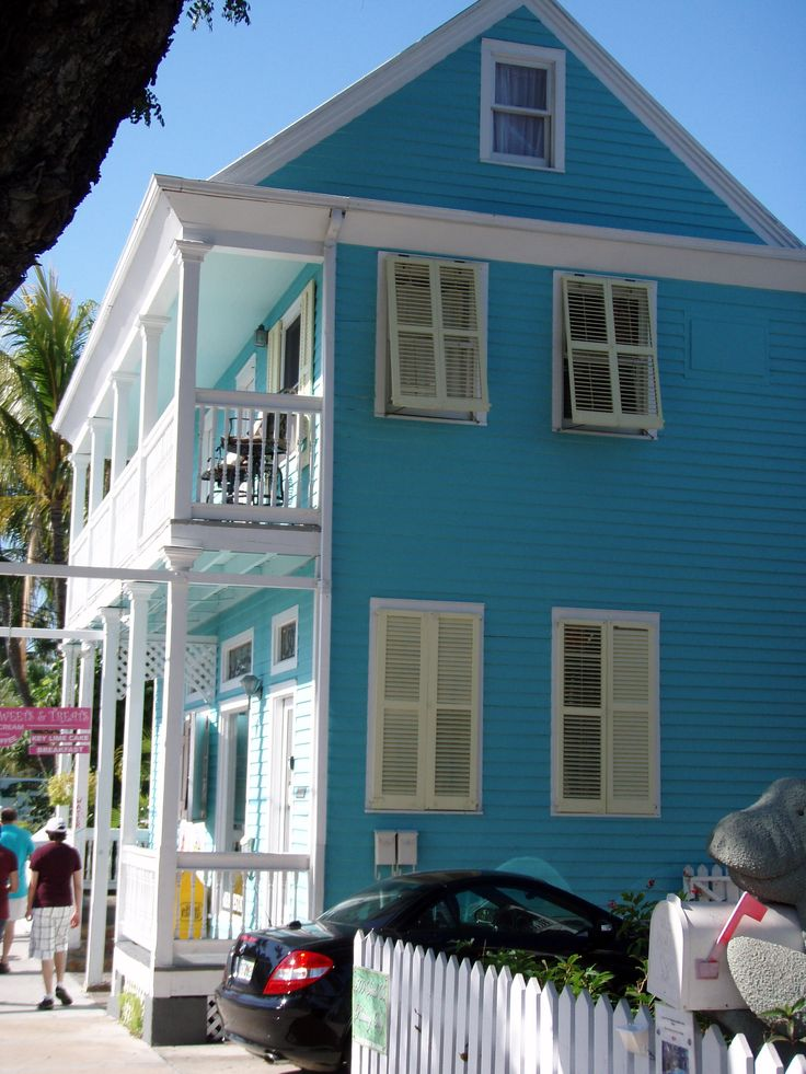 Turquoise old town key west house with sitting porches is for Beach house designs living upstairs