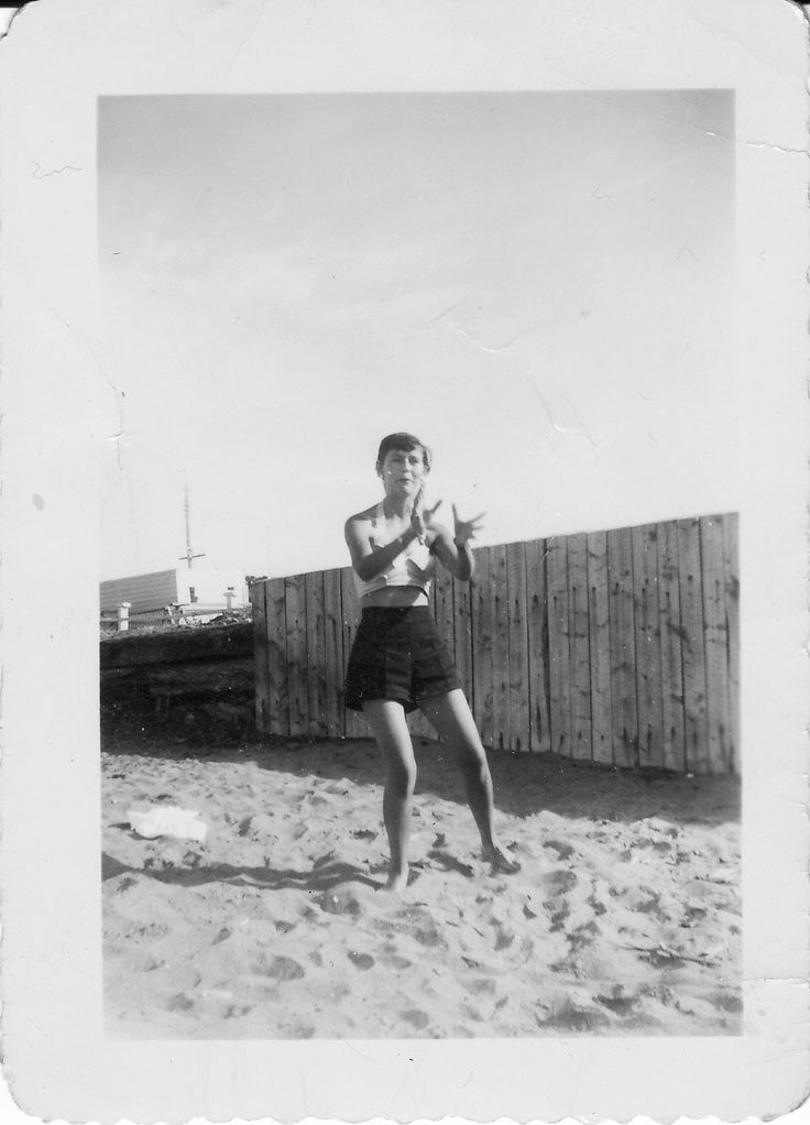 Ma mère à l'âge de 20 ans, au Rocher Blanc, à Rimouski.