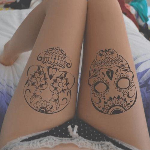 Les 25 meilleures id es concernant tatouages de cr ne - Tatouage blanc sur peau noir ...