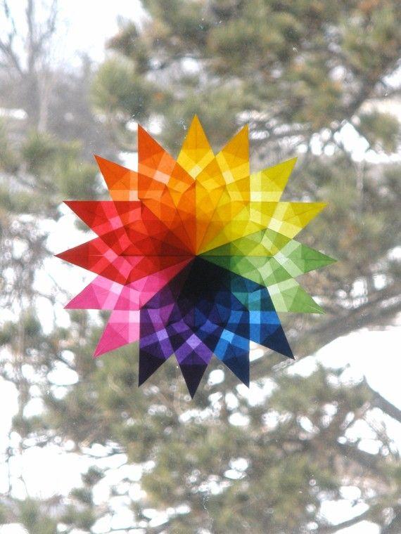 Bringen Sie einige schöne Farbe in Ihren Tag! Dieser Waldorf inspirierte Fenster-Stern werden Ihre Fenster erhellen. Wenn Sie Ihren Stern in einem sonnigen Fenster platzieren, wirkt die spezielle Transparentpapier Glasmalerei glühend, die recht hübsch ist. Ich mache die Stars von Hand-faltbare kleine Quadrate aus Papier, überlagert das gefaltete Papier, und dann kleben sie zusammen, um verschiedene Muster zu erstellen. Jeder Punkt ist mehrfach gefaltet, um ein Muster innerhalb der Punkt zu…