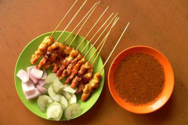 Satay de pollo al estilo tailandés, hechos con pollo marinado en salsa de maní, y luego asados a la parrilla.