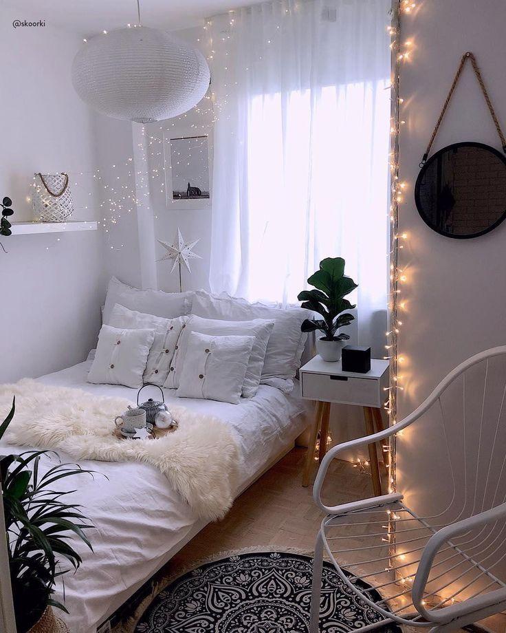 GET COZY – Alles für ein kuscheliges Zuhause! Unser Geheimrezept für 100 Prozent mehr Gemütlichkeit im Zuhause? Einfach viele flauschige Kissen und Felle, Kerzen und Lichterketten für warmes Licht und dekorative Wohlfühl-Akzente überall – fertig ist der Cozy-Cocooning-Look zum Wohlfühlen!📷:@skoorki // Schlafzimmer Bett Skandinavisch  Kissen Bilder Leuchte Teppich Monochrom Schaukelstuhl Deko Dekoration Winter Ideen Nordisch Kerzen Lichterkette #Schlafzimmer #Schlafzimmerideen #Deko – Westwing Home & Living Deutschland