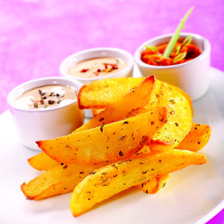 Kartoffelbåde med urter og krydderier.