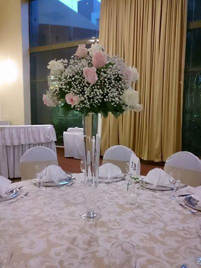 Centro de mesa elaborado de rosas titanic, rosas anastasia y baby breath.