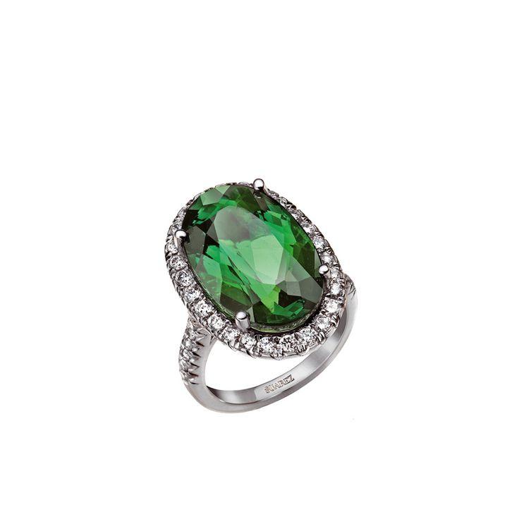 seleccionamos los mejores anillos de compromiso para tu fiesta de pedida de mano: sortiija con pavé de brillantes y esmeralda de Suárez