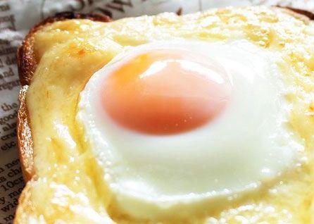 朝食の大定番メニューである「トースト」は、塗るアイテムを変えたり、何かを載せて焼いたり…いろんな楽しみ方がありますよね♪ 今回は、こちらも朝食のテッパン食材である「卵」とあわせた王道レシピをご紹介!半熟のとろとろ食感がた …