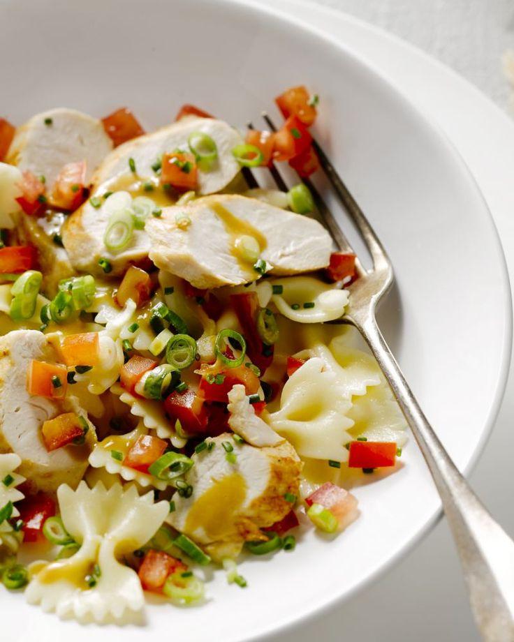 Een heerlijke pastasalade met farfalle, kip, tomaten, pijnboompitjes en een frisse dressing. Lekker bij een picknick of als meeneemlunch. Laat het smaken!