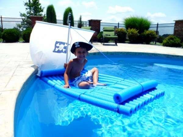 Radeau de pirate avec des nouilles de piscine