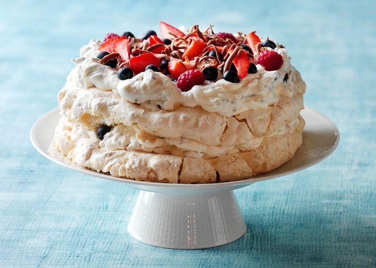 Nem påskeopskrift på fragilite lagkage med nougat og bær - lækker påskekage til den årlige påskefrokost med familie og venner! Prøv påskeopskriften her