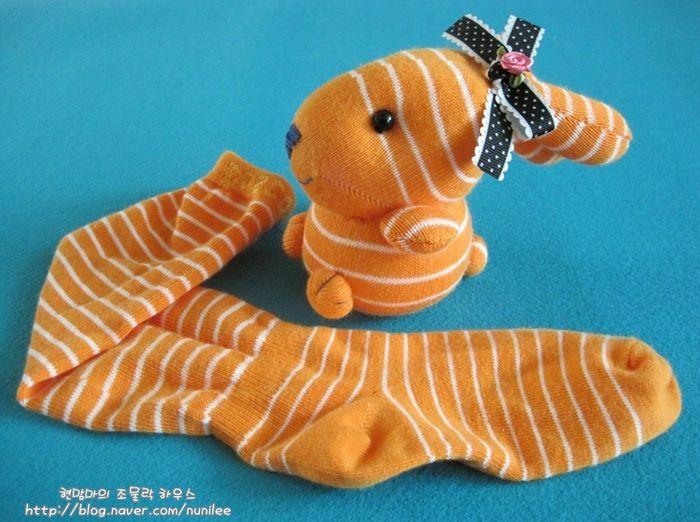¿Tienes un calcetín sin pareja? Pues aprovéchalo para hacer un conejito de peluche como este.