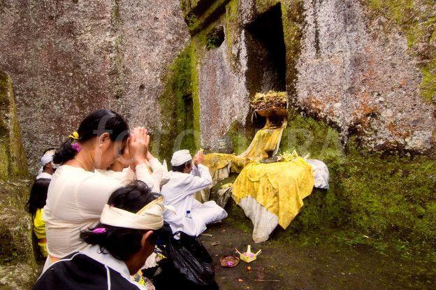 Praying at Gunung Kawi temple.