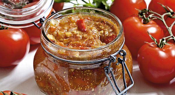 Tomatrelish er lækkert tilbehør til burgere, pølser, stegte retter og røget kød.