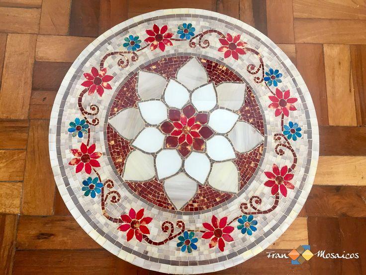 """Prato Tampo Giratório em Mosaico modelo Floral. Confecção em vidro pintado. Mesa em Mosaico para decoração. Arte em Mosaico. Artesanato de Vidro.    Mosaico: """"Floral"""" - Pode ser confeccionado como prato giratório ou tampo de mesa.    Confecção: Vidro pintado artesanalmente.     As peças, por sere..."""