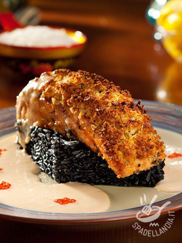 Il Salmone gratinato con riso Venere è un piatto molto salutare grazie alle proprietà antiossidanti del riso Venere che il mito vuole afrodisiaco.