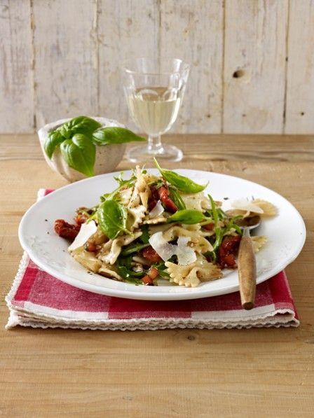 Getrocknete Tomaten, knackiger Rucola und feiner Parmesan - in diesem Sommer freuen wir uns über einen ganz besonderen Nudelsalat, einen italienischen Nudelsalat.