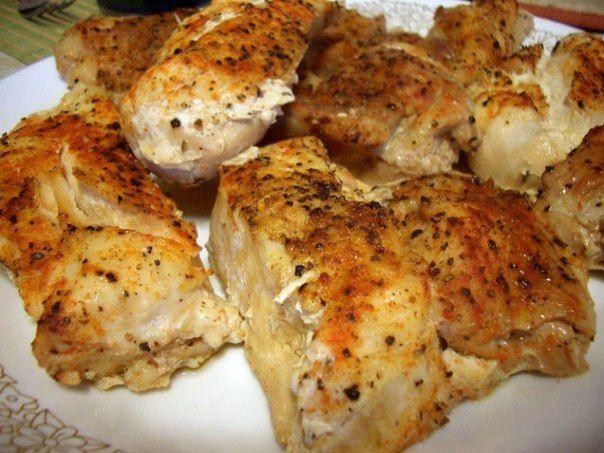 Запеченное в духовке куриное филе под соусом амаретто (куриное филе, шампиньоны, чеснок, слив.масло, сливки, каперсы, амаретто)