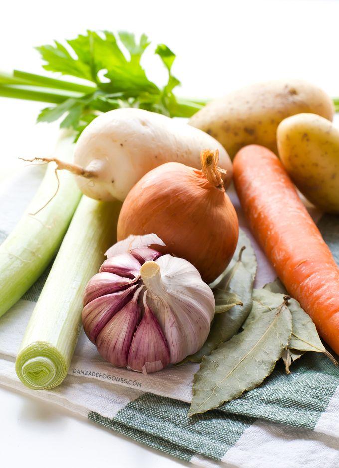 Caldo Depurativo de Verduras 1 ó 2 cucharadas de aceite de oliva virgen extra, 4 dientes de ajo, 1 cebolla, 2 nabos, 2 zanahorias, 1 apio, 2 puerros, 1 patata, 2 hojas de laurel, 8 tazas de agua (2 litros), 1 ó 2 cucharadas de salsa de soja o tamari. Rehogamos las verduras, añadimos el laurel y el agua, subimos el fuego y cuando rompa a hervir lo bajamos y dejamos durante 1 hora, colamos y añadimos la salsa de soja o tamiri
