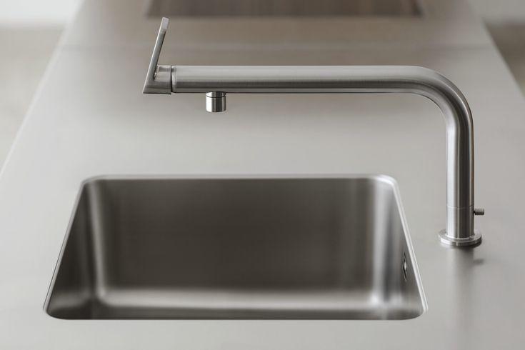 Die Wasserstelle ist in ein Modul aus Edelstahl oder Granit flächenbündig eingefügt.