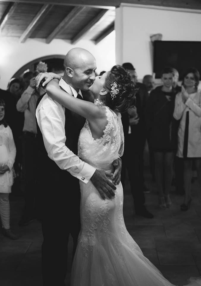 """Uno dei momenti intimi del matrimonio di Federica e Maurizio.  Il ballo degli sposi, nella sala del Hotel """"Baia del Porto"""", a Porto Ottiolu di Budoni.#wedding #sardiniawedding #couple #love #embrace #destinationwedding #weddingphotographers #sardiniaweddingphotographer #details #budoni #hotel #baiadelporto #weddingparty #weddingreportage #gluephotography"""