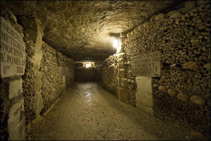 In epoca romana le catacombe servivano da caverne per l'estrazione della pietra, che continuò senza limiti fino al 15° secolo, quando le strade della città gravemente minate cominciarono a crollare e si sbriciolarono. Questo spiega perché a Parigi non possono essere costruiti edifici di grandi dimensioni.
