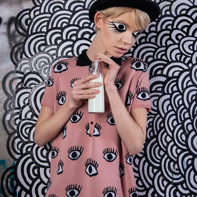 А мы встречаем веснуироничной коллекцией «С широко закрытыми глазами», символом которой стали глаза, как будто нарисованные детской несмелой рукой. Читайте на VOGUE.ua! @vogue_ukraine ❤ Photo @ksergienko  Style @anastasiya_bass  MUA @drozdovastyle  Model @sashapopruga  #RITO #RITOknits #kiev #ukraine #fashion #vogueua