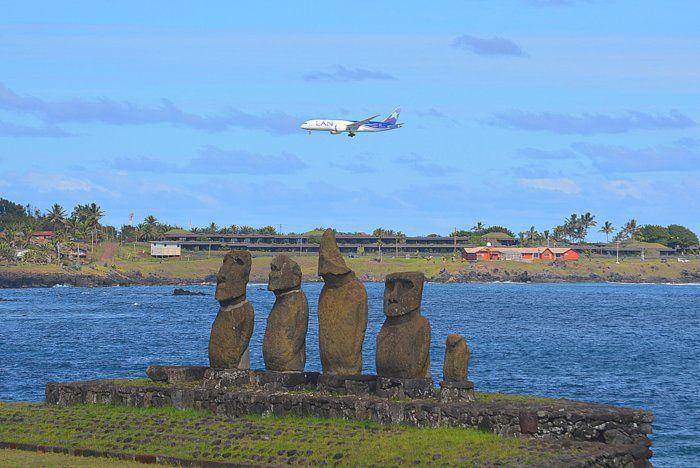 El Aeropuerto Internacional Mataveri o Aeropuerto de Isla de Pascua, inaugurado en 1967, es el más remoto del mundo