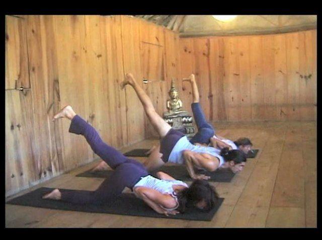 Clase Gratuita de Hatha Yoga, parte de una serie de 7 clases que grabé con mis amigos Pablo Quiroga y Mariné Larripa en Playa Zipolite en Oaxaca, Mexico. Incluye posturas de yoga restaurativo y está designada para principiantes y estudiantes de nivel intermedio, sin dejar de ser un reto para estudiantes avanzados. Espero que la disfrutes :-) Namasté, Brigitte Suscríbete a mi canal de Vimeo aquí: http://vimeo.com/channels/257951 Sigueme en Facebook: http://www.facebook.com/SolsticeYogaCenter…