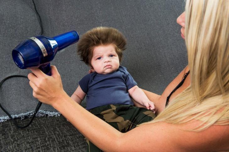 2-месячный мальчик с шикарной шевелюрой стал звездой Англии, а теперь покоряет мир